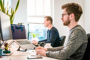 Zmiana modelu pracy wymaga sprzętu – komputery do pracy to inwestycja w rozwój