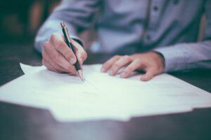 Adwokat do prawa medycznego – kiedy po niego sięgnąć oraz w jaki sposób go znaleźć?